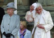 La reina Isabel II junto a Benedicto XVI.