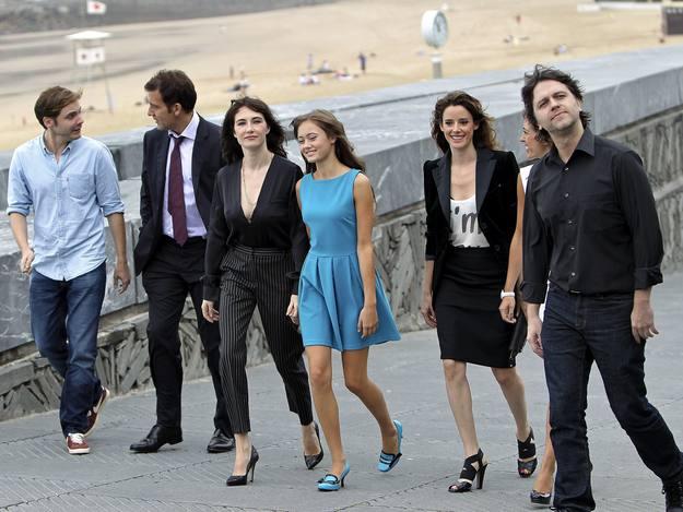 """El reparto de """"Intruders"""" se ha paseado por la playa de la Concha."""