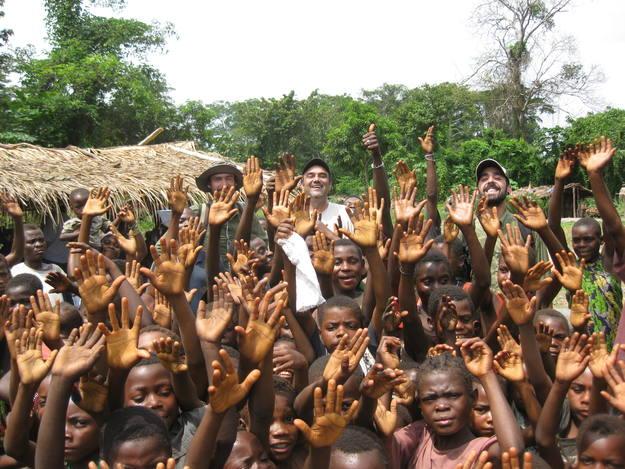 En la República Centroafricana, rodeado de niños pigmeos aka de la misión de Mongoumba.