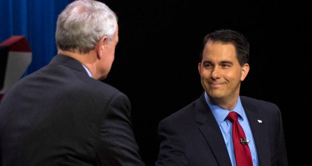El gobernador de Wisconsin saluda a su rival demócrata, el alcalde de Milwaukee.