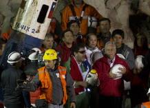 El último minero rescatado, Luiz Urzúa, y el presidente de Chile, Sebastián Piñera cantan el himno de Chile tras llegar a la superficie dentro de la cápsula Fénix