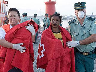 Ver vídeo  'Rescatan a 54 inmigrantes en una patera en Motril'