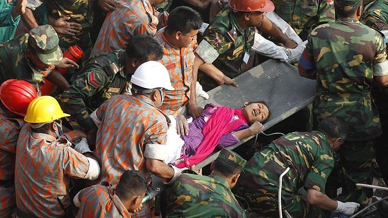 Rescatan con vida a una mujer 16 días después del derrumbe de Bangladesh