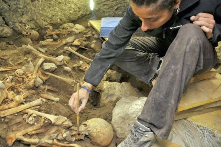 La restauradora Elena Moreno trabajando en la excavación de El Mirador, en Atapuerca.