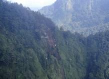 Restos del avión Sukhoi en el monte Salak, en Java (Indonesia)