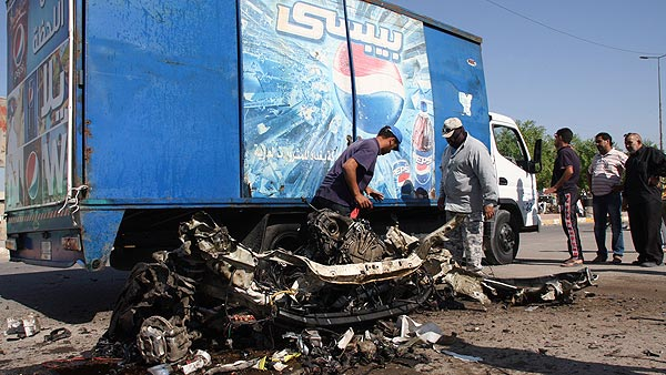 Restos de un vehículo en uno de los atentados con bomba en Ciudad Sadr, Bagdad