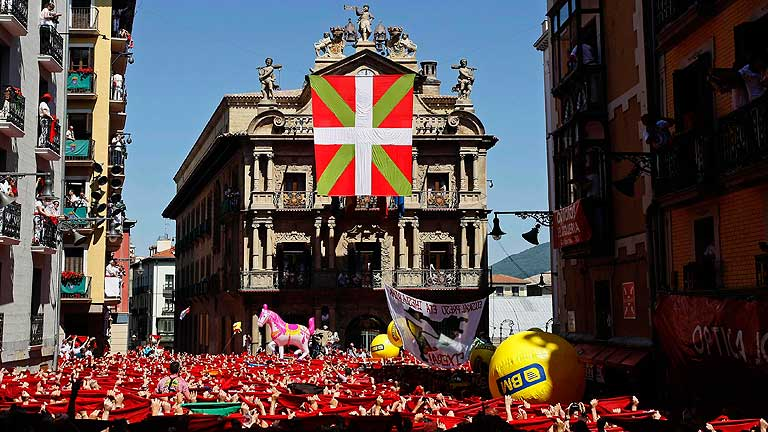 El despliegue de una ikurriña obliga a retrasar el chupinazo de San Fermín
