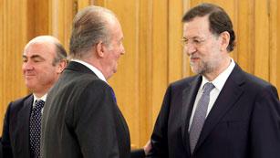Ver vídeo  'El rey da la enhorabuena a Mariano Rajoy y Luis De Guindos tras la ayuda europea a la banca'