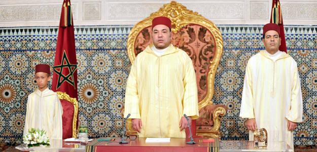 El Rey de Marruecos, Mohamed VI, con su hijo y heredero, el príncipe Moulay Hassan, y su hermano, el príncipe Moulay Rachid en el discurso por el XIII aniversario de su llegada al trono el lunes 30 de julio