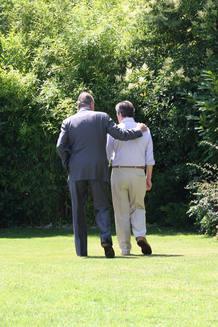 El Rey Juan Carlos I pasea con Adolfo Suárez por los jardines del domicilio de éste, al que han acudido para entregarle el Toisón de Oro.