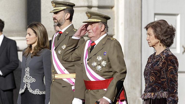 El rey pide esfuerzos a los militares frente a la crisis que amenaza la seguridad