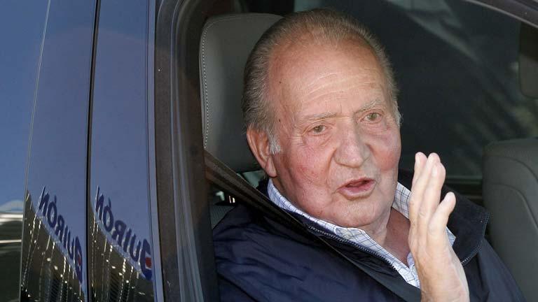 Don Juan Carlos abandonó la clínica y bromeó con los periodistas