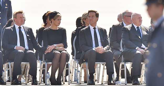 Los reyes y el primer ministro de Holanda han recibido en la base militar de Eindhoven los cuerpos de las víctimas del avión malasio derribado en Ucrania