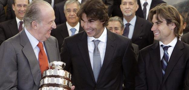 El rey Juan Carlos charla con el tenista Rafael N