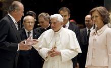 Los Reyes de España, Juan Carlos y Sofía, conversan con el papa Benedicto XVI