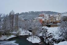 El río Júcar pasa bajo el puente de San Antón en Cuenca