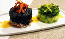 Risotto negro de txipirones con algas, melón y ali-oli