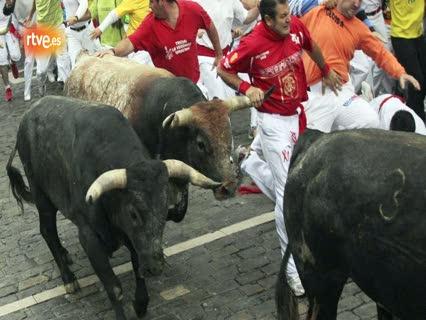 Ver vídeo  'RNE te narra el cuarto encierro de San Fermín 2011 en imágenes'