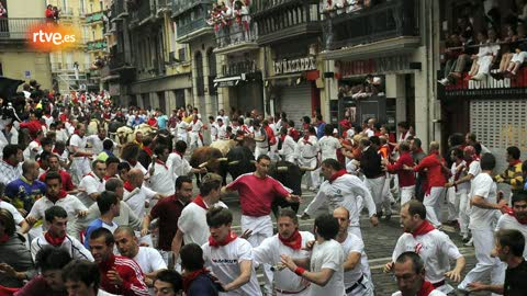 Ver vídeo  'RNE te narra el séptimo encierro de San Fermín 2011 en imágenes'
