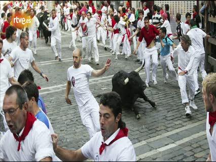 Ver vídeo  'RNE te narra el sexto encierro de San Fermín 2011 en imágenes'
