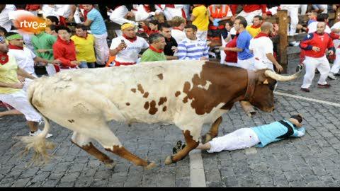 Ver vídeo  'RNE te narra el sexto encierro de San Fermín 2012 en imágenes'