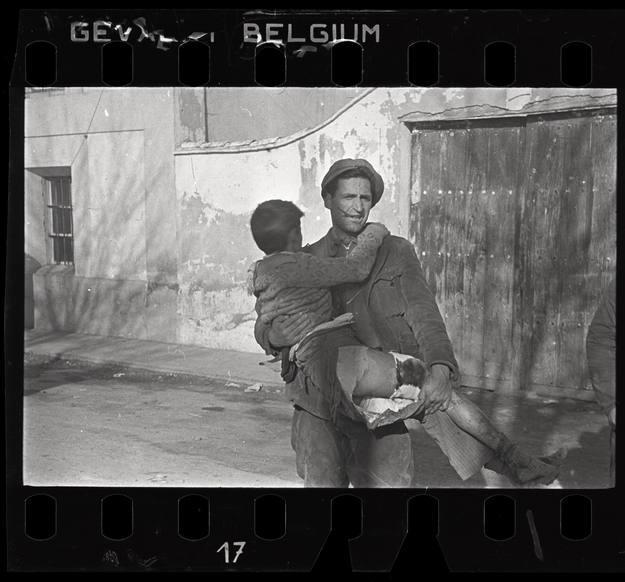 Robert Capa [Hombre llevando un niño herido en brazos. Batalla de Teruel, España], diciembre 1937. © International Center of Photography / Magnum Photos Collection International Center of Photography.
