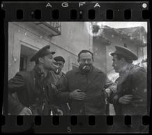 Robert Capa[Ernest Hemingway (tercero por la izquierda), el periodista del New York Times Herbert Matthews (segundo por la izquierda) y dos soldados republicanos, Teruel, Spain], finales de diciembre 1937