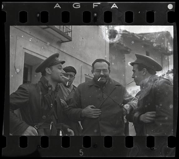 Robert Capa [Ernest Hemingway (tercero por la izquierda), el periodista del New York Times Herbert Matthews (segundo por la izquierda) y dos soldados republicanos, Teruel, Spain], finales de diciembre 1937. © International Center of Photography / Magnum Photos Collection International Center of Photography