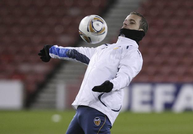 Roberto Soldado, jugador del Valencia, se entrena en el estadio Stoke-on-Trent