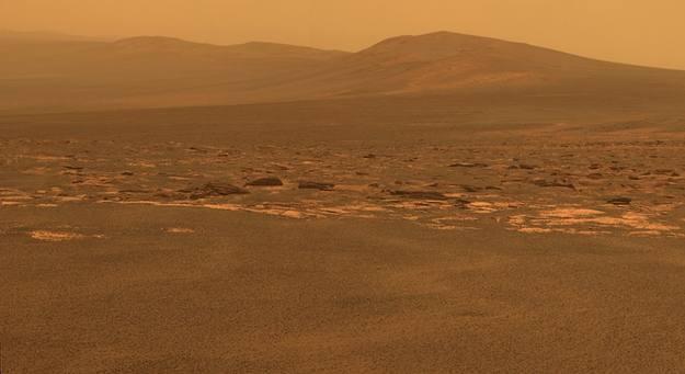 El robot explorador Opportunity frente a un gran cráter marciano