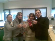 Rocío Cerrato celebra su premio junto a unos compañeros del trabajo.