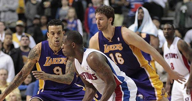 Rodney Stuckey de los Pistons controla el balón ante la marca de Matt Barnes (i) y Pau Gasol (d) de los Lakers.