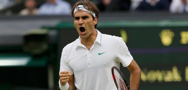 Roger Federer celebra un punto en su partido de semifinales de Wimbledon contra Novak Djokovic