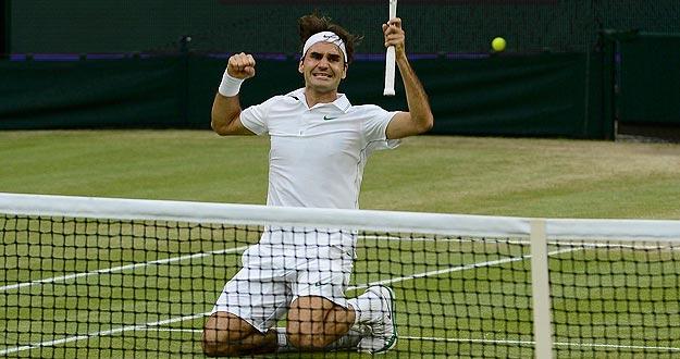 Roger Federer celebra el punto de la victoria ante Murray en Wimbledon 2012.