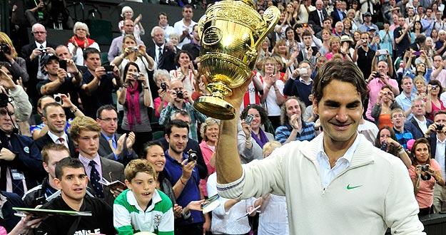 Roger Federer celebra su séptimo título de Wimbledon logrado ante Andy Murray y que le coloca como número 1 de la ATP.