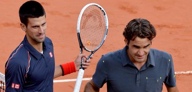El tenista serbio Novak Djokovic (i) saluda al suizo Roger Federer tras la semifinal