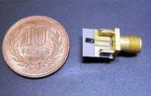 Imagen del chip inalámbrico comparado con una moneda