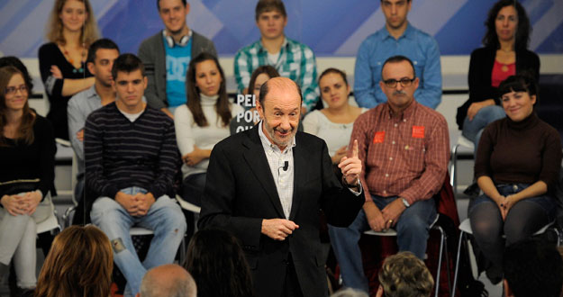 Rubalcaba en el encuentro celebrado este viernes en Ferraz con voluntarios del PSOE.
