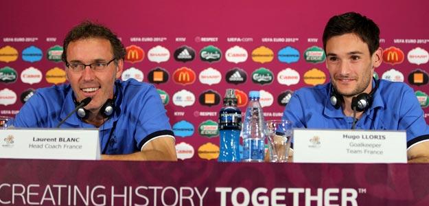 Laurent Blanc, y el guardameta Hugo Lloris (dcha), durante una rueda de prensa