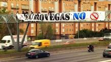 Pancarta contra Eurovegas en la M-30 de Madrid