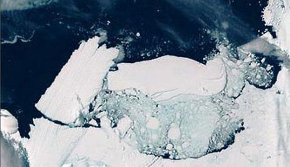 Momento del desprendimiento del iceberg tras chocar contra la costa.