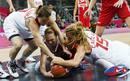 La rusa Irina Osipova , y las turcas Esmeral Tuncluer y Bahar Caglar pelean por el balón.