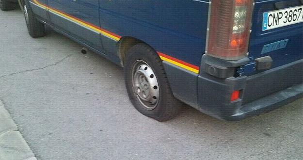 Las furgonetas han aparecido con las ruedas pinchadas en un recinto policial de Moratalaz