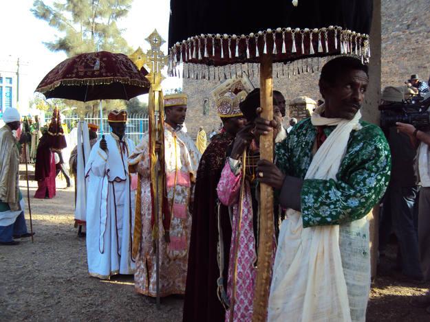 Los sacerdotes ortodoxos se cubren con elegantes paraguas para la ceremonia
