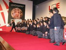 Todos los niños del colegio de San Ildefonso posan ante los fotógrafos antes del comienzo del sorteo.