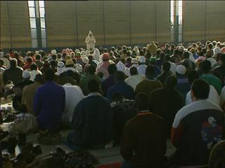 Ver vídeo  'Salt decide si suspenderá las licencias a los nuevos centros de culto'