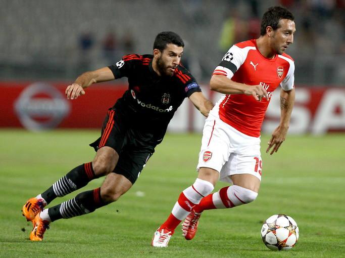 Santi Cazorla (d) del Arsenal ante Ismail Koybasi (i) del Besiktas