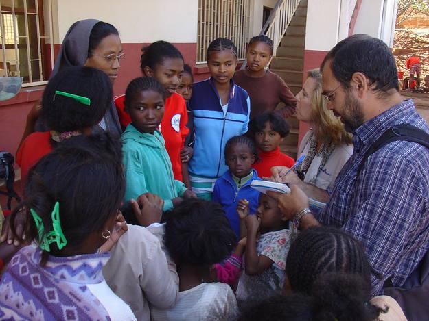 Santiago Riesco, redactor del programa, tomando notas en Antananarivo, Madagascar.