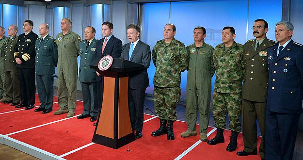 SANTOS ANUNCIA EL CAMBIO DE TODA LA CÚPULA MILITAR Y POLICIAL DE COLOMBIA