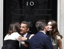 Intercambio de besos entre los matrimonios Cameron y Sarkozy.